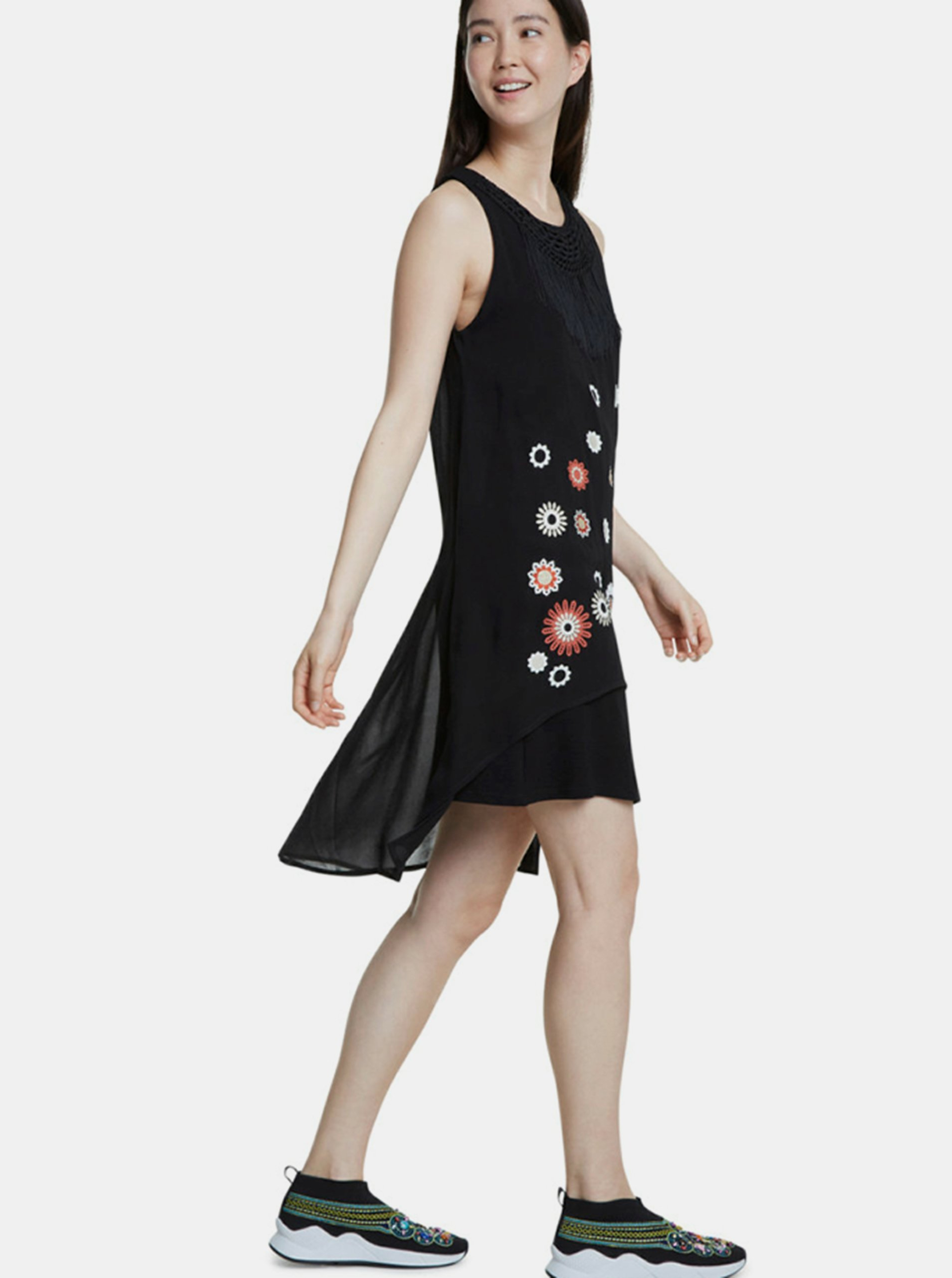 Čierne šaty Desigual.