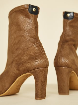 Hnědé kotníkové boty v semišové úpravě s hadím vzorem OJJU