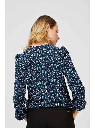 Moodo modré tričko se vzorem