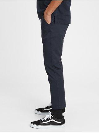 Nohavice modern slim cropped khakis in GapFlex Modrá