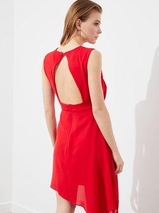 Červené šaty s priestrihom na chrbte Trendyol