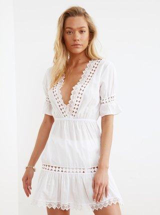 Biele šaty s krajkovými detailmi Trendyol