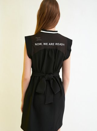 Černé šaty se zavazováním a potiskem na zádech Trendyol