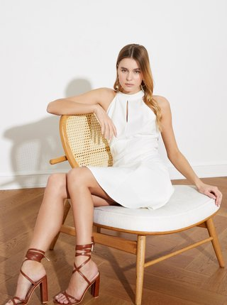 Biele šaty s priestrihom Trendyol