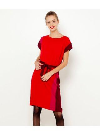 Červené šaty s ozdobnýma pruhama na boku CAMAIEU