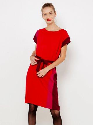 Červené šaty s ozdobnými pruhmi na boku CAMAIEU