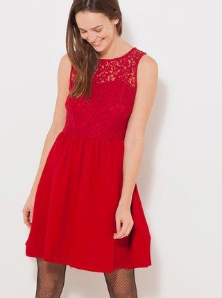 Červené šaty s krajkou a priestrihom na chrbte CAMAIEU