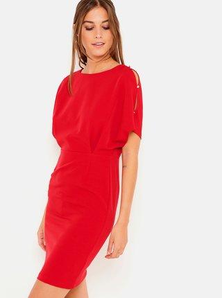 Červené pouzdrové šaty s průstřihy na rukávech CAMAIEU