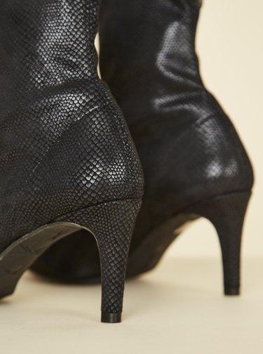 Černé kotníkové boty v semišové úpravě s hadím vzorem OJJU