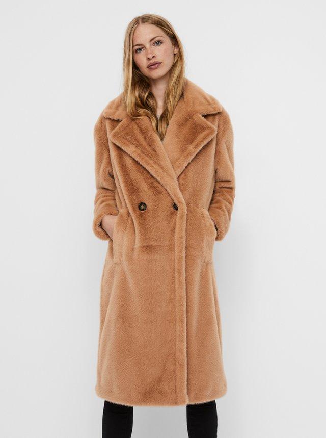 Svetlohnedý kabát z umelého kožúšku VERO MODA