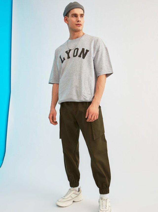 Kaki pánske nohavice s vreckami Trendyol