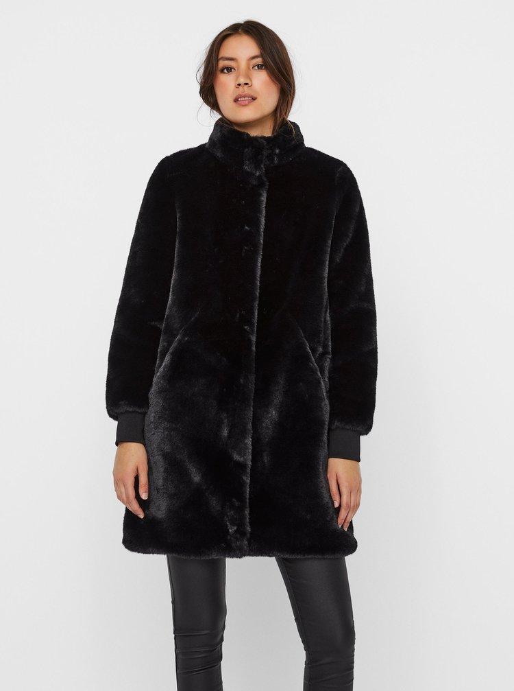 Černý kabát z umělého kožíšku VERO MODA