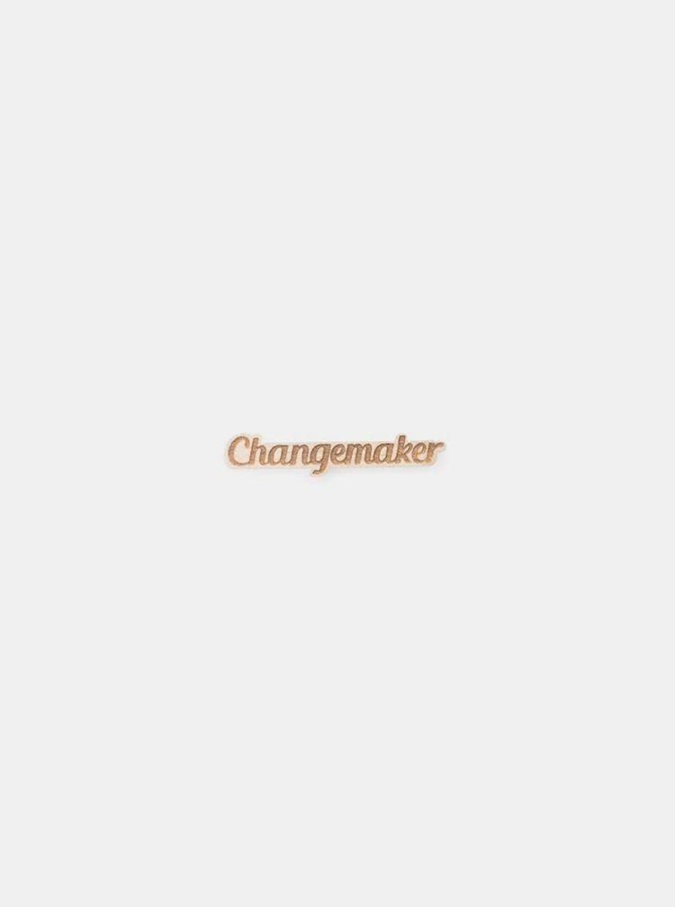 Dřevěná brož ve tvaru nápisu Changemaker BeWooden