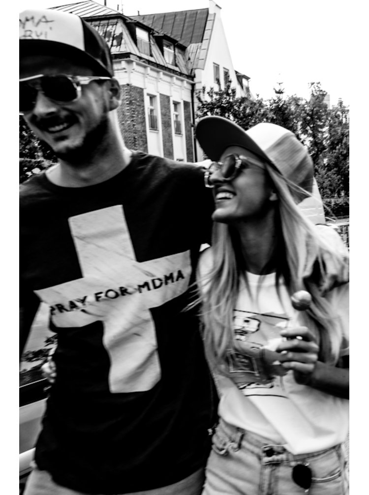 Tmavě šedé longové tričko s potiskem Pray for MDMA