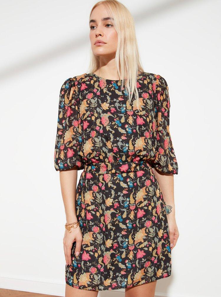 Čierne kvetované šaty Trendyol